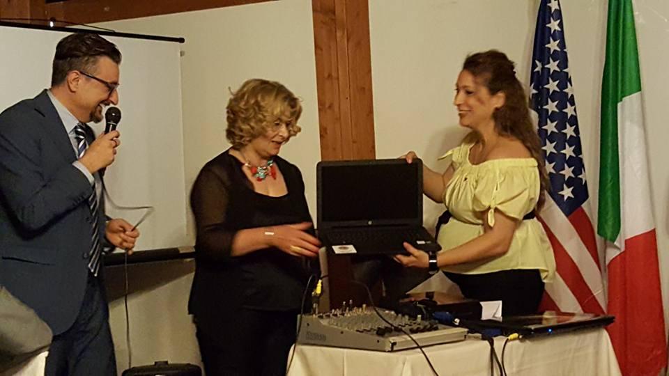 Consegna nelle mani della Vice Sindaco e socia Lions Rita Cecchetti un computer per la sede del fondo antico della Biblioteca Sperelliana